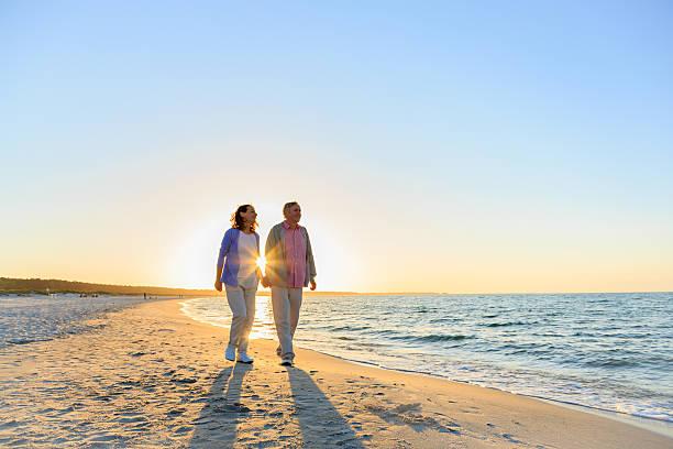 gerne älteres paar am strand - wellness ostsee stock-fotos und bilder