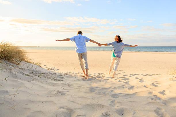 gerne älteres paar im freien am strand - wellness ostsee stock-fotos und bilder