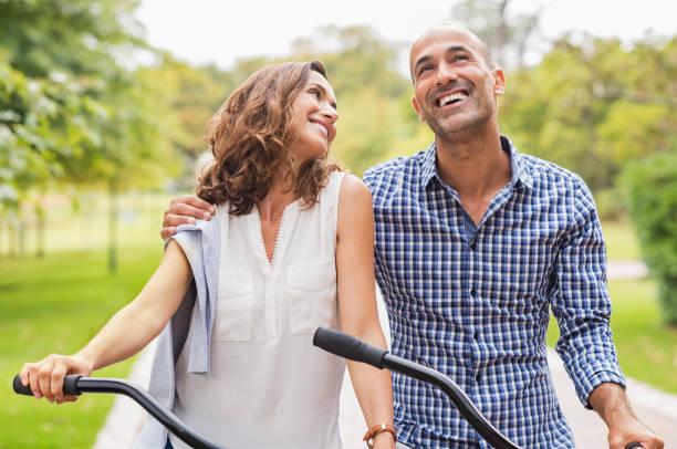 gelukkig ouder paar - mid volwassen koppel stockfoto's en -beelden