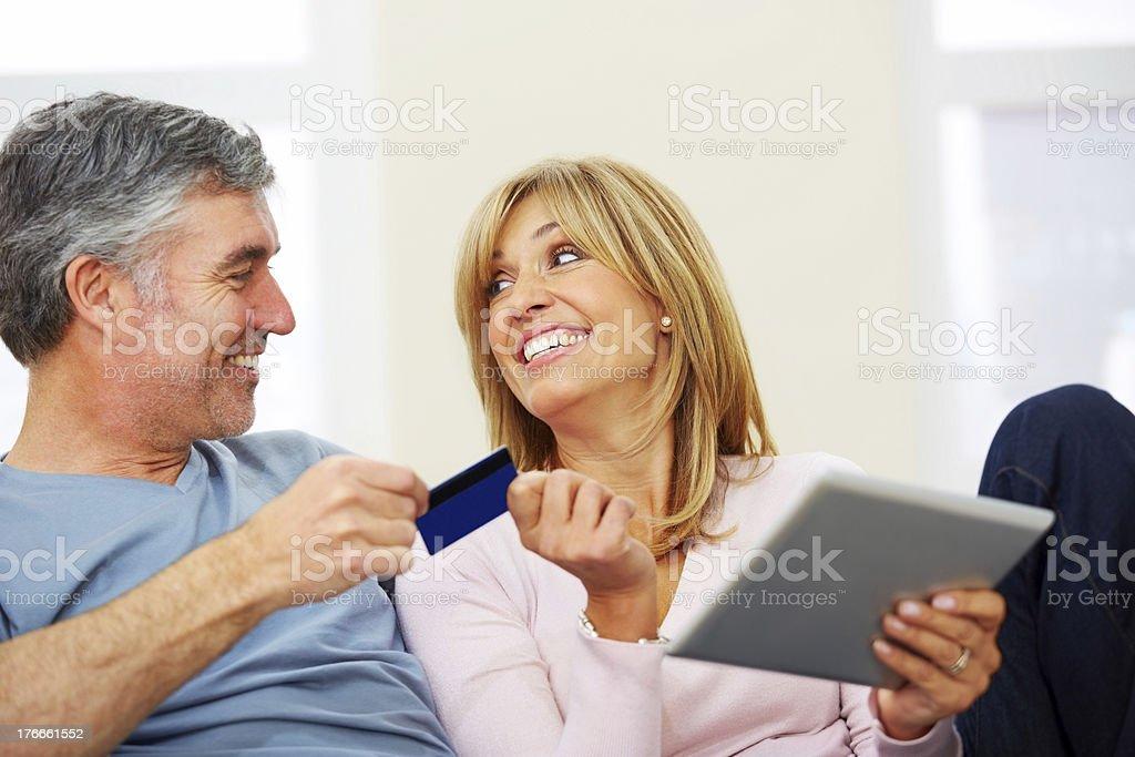 Feliz pareja madura de compras en línea foto de stock libre de derechos