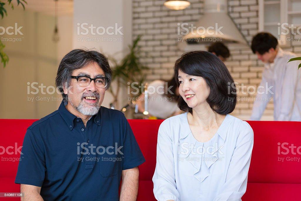 幸せな成熟したカップルが一緒に座ってソファー  ストックフォト