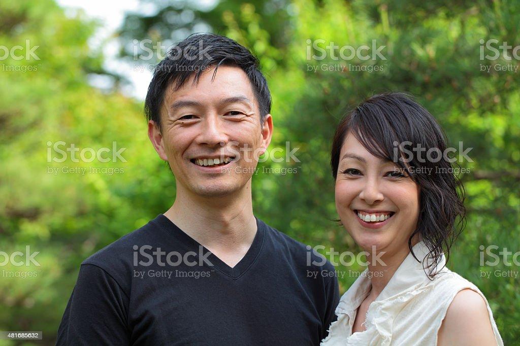 幸せな成熟したカップル笑顔でカメラ目線 ストックフォト