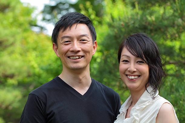 幸せな成熟したカップル笑顔でカメラ目線 - 夫婦 ストックフォトと画像
