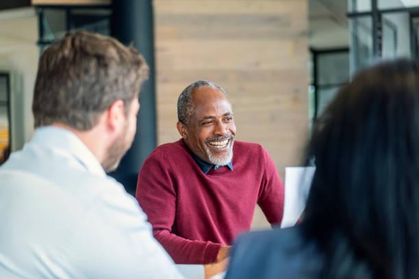 Glücklich Reife männliche Manager sitzen mit Kollegen – Foto