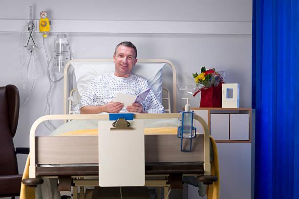 maduro paciente do sexo masculino feliz - vasectomia - fotografias e filmes do acervo