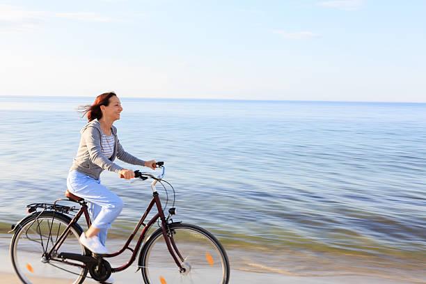 glückliche ältere frau am strand - wellness ostsee stock-fotos und bilder