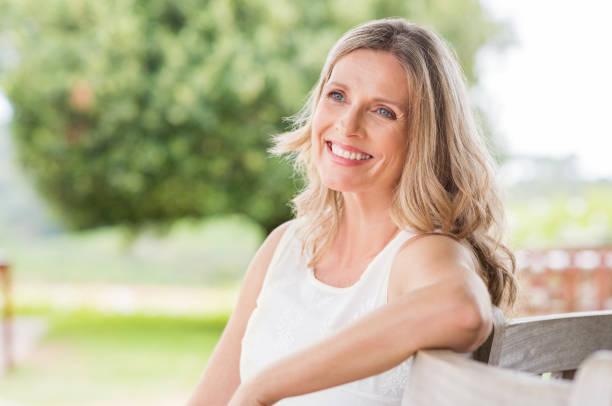 gelukkig volwassen vrouw - mid volwassen vrouw stockfoto's en -beelden
