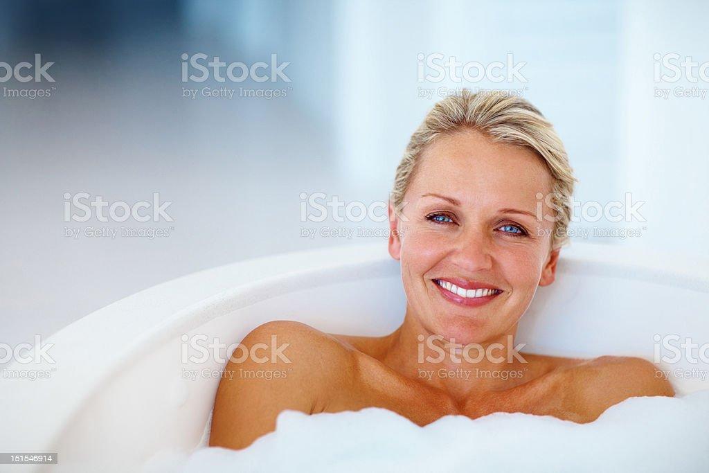 Felice donna matura la vasca da bagno fotografie stock e altre