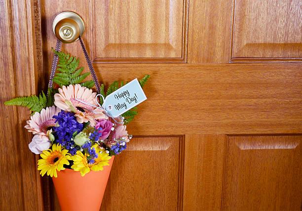 heureux peuvent cadeaux pour la fête des fleurs sur la porte. - 1er mai photos et images de collection