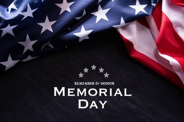 с днем памяти. американские флаги с текстом remember и honor на фоне доски. 25 мая. - memorial day стоковые фото и изображения