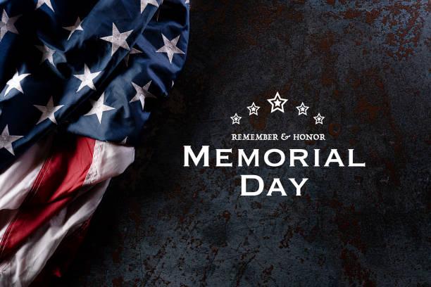 с днем памяти. американские флаги с текстом remember и honor на фоне текстуры черного камня. 25 мая. - memorial day стоковые фото и изображения