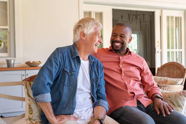 szczęśliwi mężczyźni w rozmowie - dwie osoby zdjęcia i obrazy z banku zdjęć