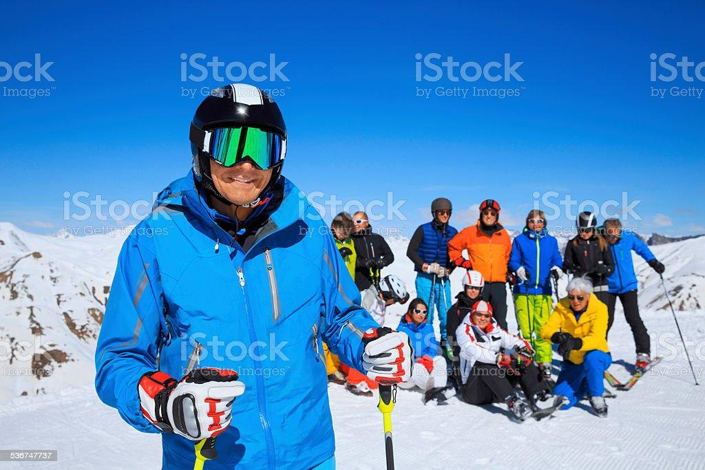 Glückliche Männer Schnee Skifahrer genießen Sie ein Sonnenbad am sonnigen ski-resorts – Foto