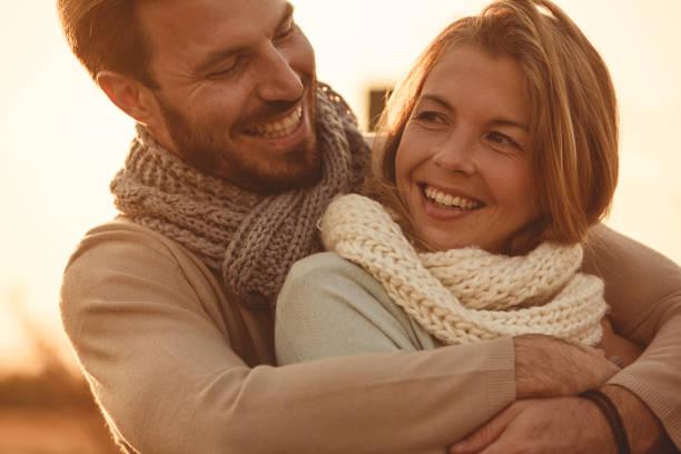 happy mid volwassen liefdevolle paar - mid volwassen koppel stockfoto's en -beelden