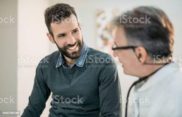 Glücklich Mitte Erwachsenen Männlichen Patienten Im Gespräch Mit Seinem Arzt Stockfoto und mehr Bilder von Arzt