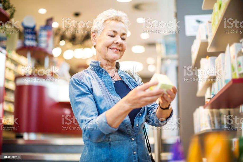 Glücklich Mitte Erwachsene Frau Medizin kaufen – Foto