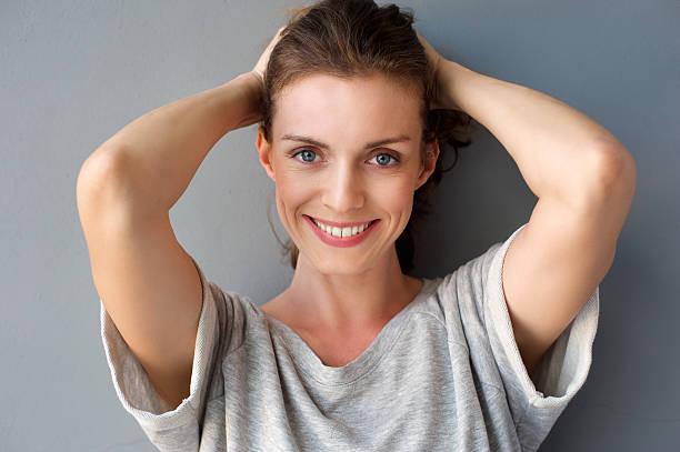 meados mulher adulta sorrindo feliz com as mãos no cabelo - 35 39 anos - fotografias e filmes do acervo
