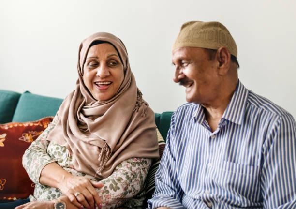heureux couple senior moyen-orientaux à la maison - mariage musulman photos et images de collection