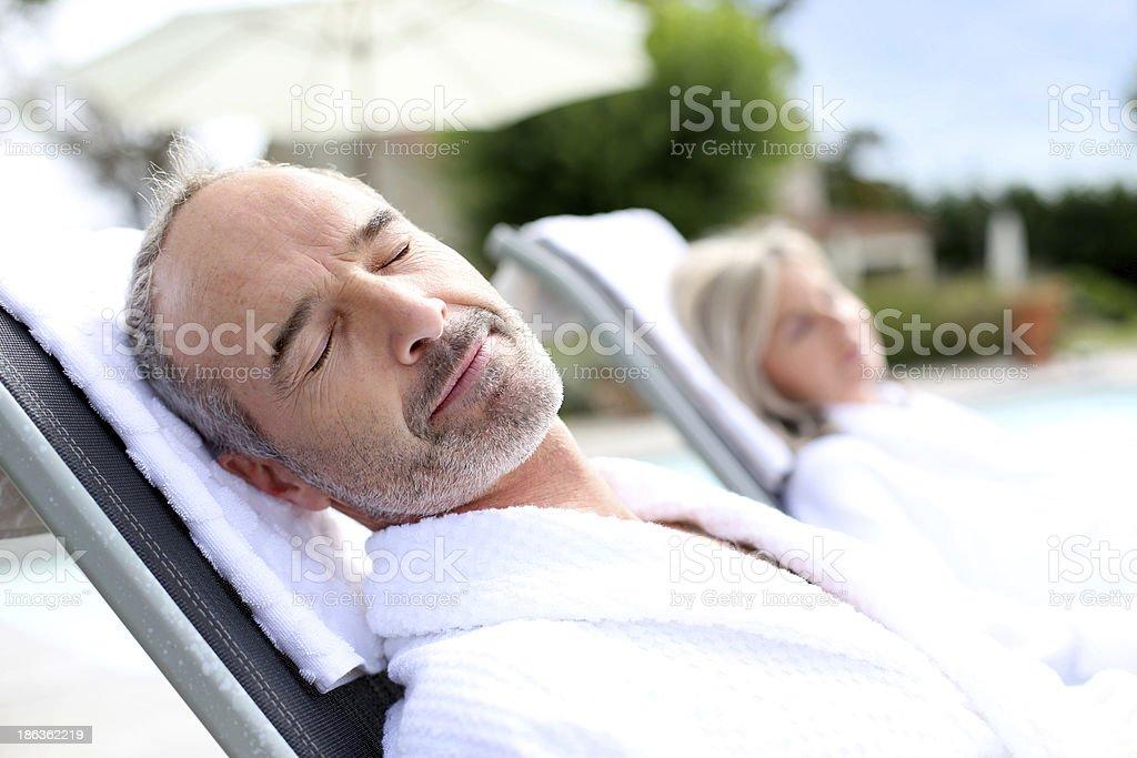 ハッピーな中年男性の太陽の下でリラックスできる一日 ストックフォト