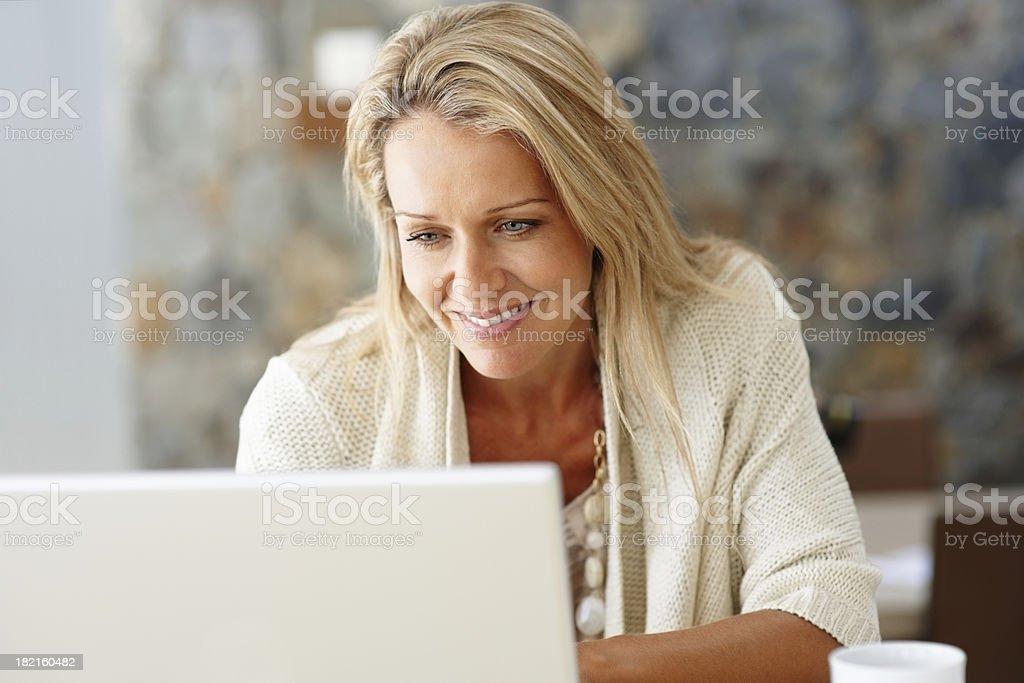 Glücklich mittleren Alter Frau mit laptop – Foto
