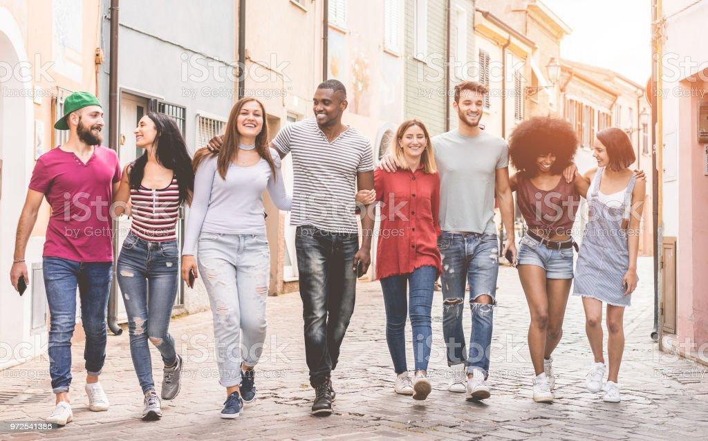 Glücklich Milennials Freunde zu Fuß in die Altstadt - junge Menschen gemeinsam Spaß haben - Lifestyle und Freundschaft Jugendkonzept - Zentrum Jungs im Fokus – Foto