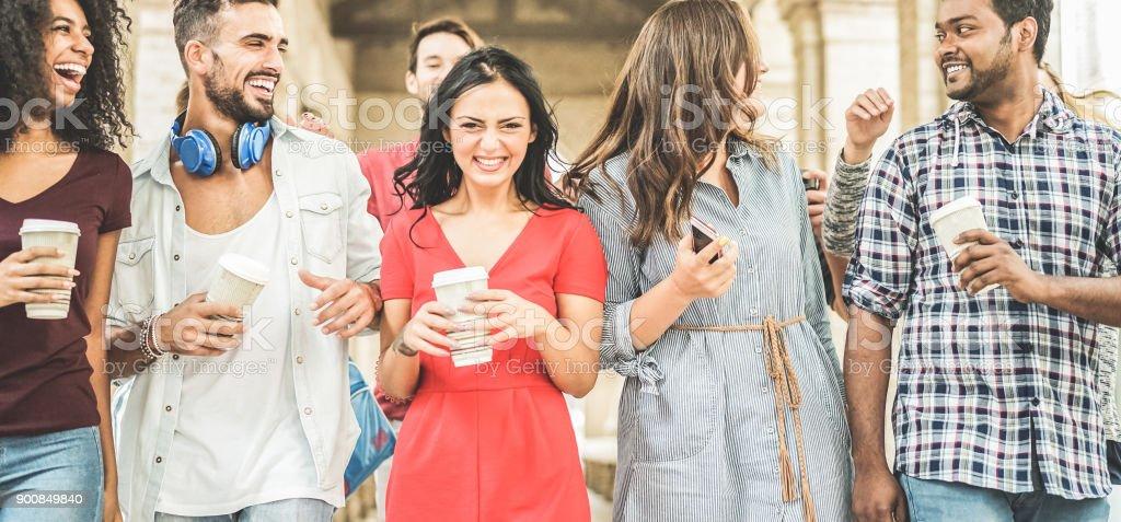 Glücklich Millennials Freunde Spaß zusammen - Jugendliche Kaffee trinken und Lachen nach Universität Unterricht - Jugendkonzept Lifestyle, Schule und Freundschaft - Schwerpunkt linken Mann – Foto