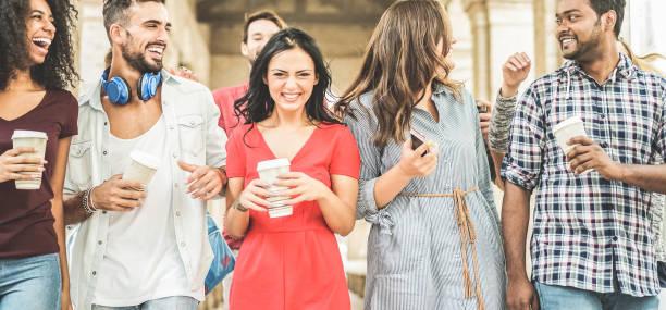 glücklich millennials freunde spaß zusammen - jugendliche kaffee trinken und lachen nach universität unterricht - jugendkonzept lifestyle, schule und freundschaft - schwerpunkt linken mann - freundin tattoos stock-fotos und bilder