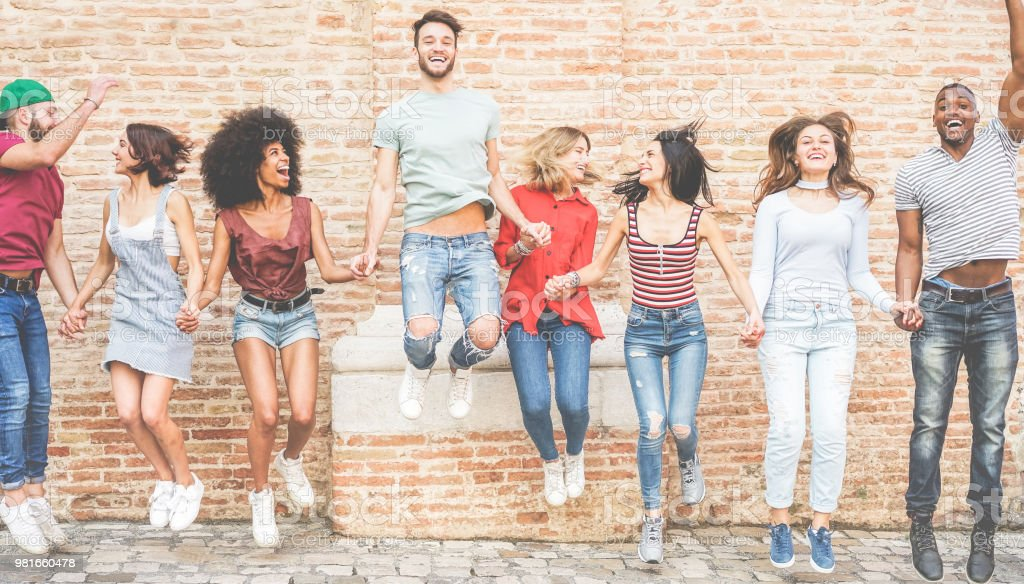 Glücklich Millennials Freunde springen im freien - junge Menschen Spaß zusammen - Jugend Lebensstil, Teamgedanke, gemischtrassig, Freundschaft - Schwerpunkt Zentrum Jungs – Foto