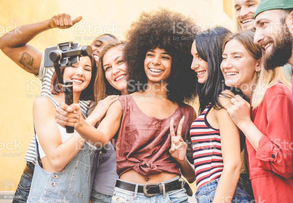 Froh, dass Millennials Freunde machen video mit Outdoor-Smartphone - junge Leute, die Spaß mit neuen technologischen Trends - feed Jugend Lifestyle und social-Media-Konzept - konzentrieren sich auf schwarze Afrikanische Mädchen Gesicht – Foto
