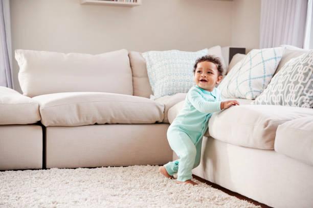 glücklich mischlinge kleinkind jungen spielen im wohnzimmer - kleinkind frisur stock-fotos und bilder