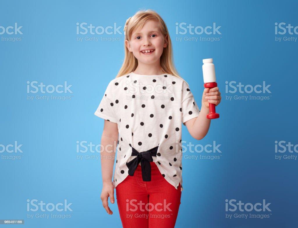 快樂現代兒童顯示啞鈴和藥丸瓶在藍色 - 免版稅一個人圖庫照片