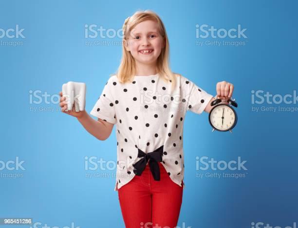 행복 한 현대 아이 블루에 치아 및 알람 시계를 보여주는 건강한 생활방식에 대한 스톡 사진 및 기타 이미지