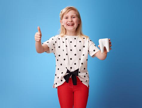 행복 한 현대 아이 치아와 손가락에 나타나고 블루 건강한 생활방식에 대한 스톡 사진 및 기타 이미지