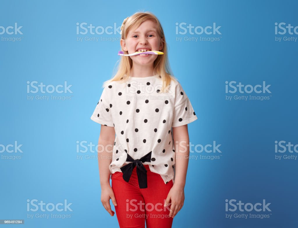 파랑에 그녀의 치아에 칫 솔을 들고 행복 한 현대 여자 - 로열티 프리 건강한 생활방식 스톡 사진