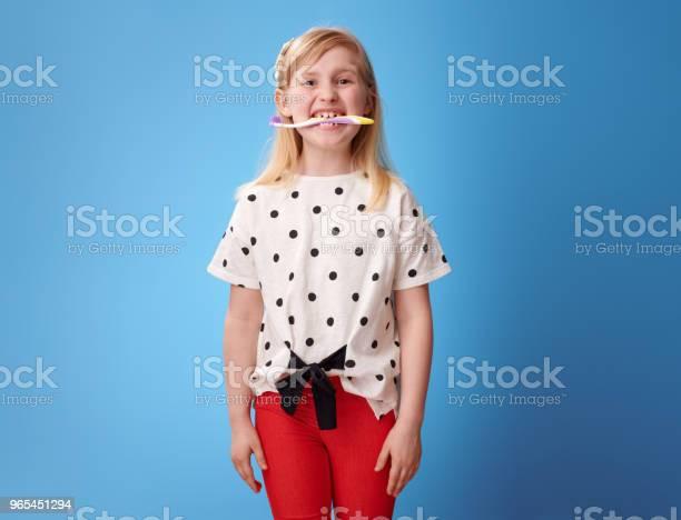Foto de Menina Moderna Feliz Segurando A Escova Seus Dentes Azul e mais fotos de stock de Azul