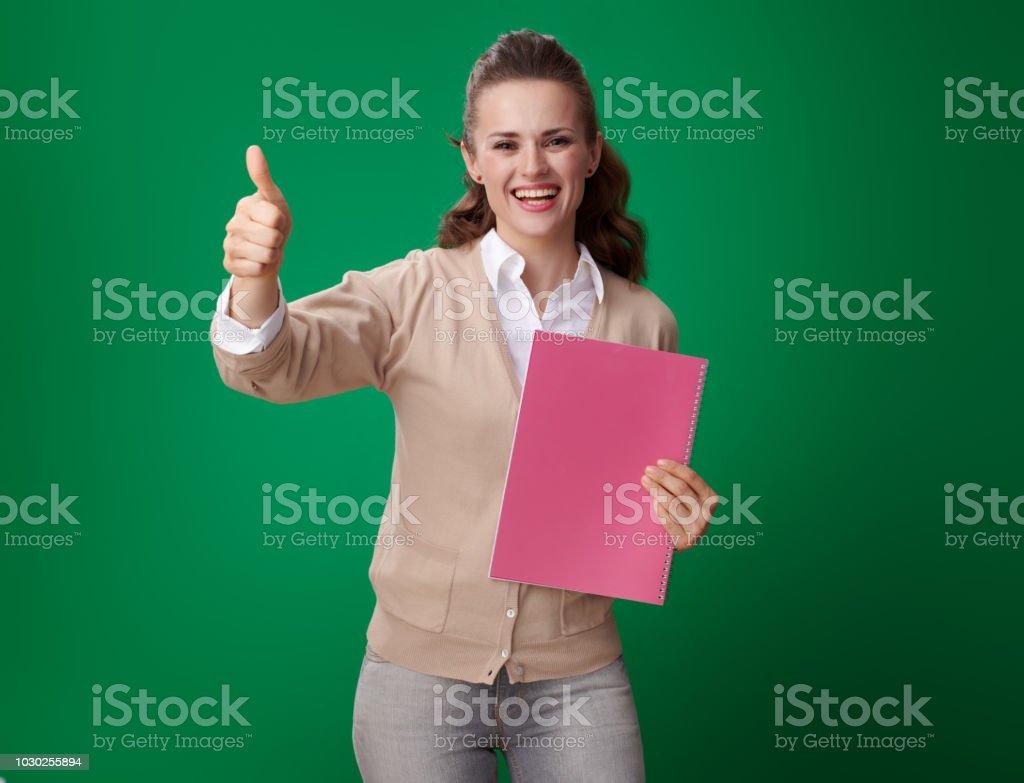 glücklich moderne Student Frau mit rosa Notebook zeigen, Daumen nach oben – Foto