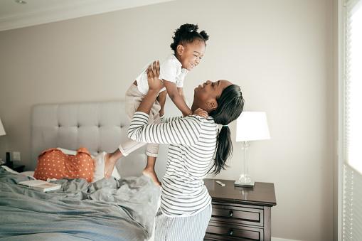 행복 한 엄마와 아기 소녀 2-3 살에 대한 스톡 사진 및 기타 이미지