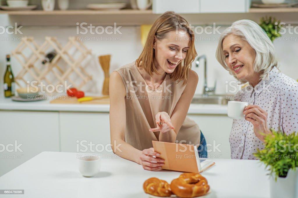 Glückliche Mutter und Tochter Fotos betrachten – Foto