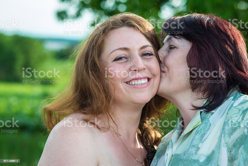 happy mom kisses daughter photo libre de droits