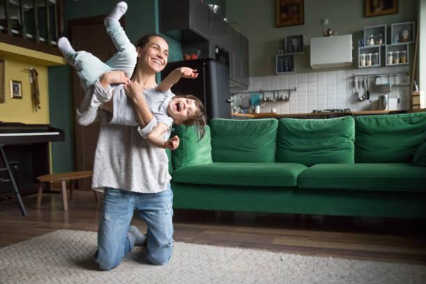 feliz madre o niñera jugando con chica chico en casa - niñera fotografías e imágenes de stock