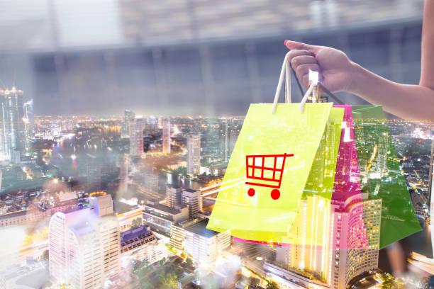 glücklicher moment der jungen frau mit einkaufstüten in den warenkorb zu genießen. konsum, einkaufen, leben in der stadt-hintergrund - dresses online shop stock-fotos und bilder