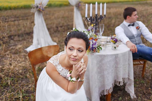 happy moment, hochzeit junge frisch verheiratet paar. - bräutigam jeans stock-fotos und bilder
