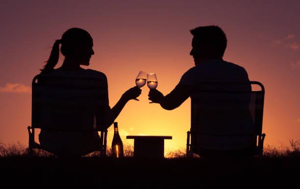 glückliche momente. - romantisches picknick stock-fotos und bilder