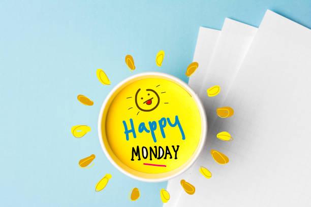 glücklich montag zitat und coffe cup auf blauem hintergrund. zeit, um das konzept zu brechen. - glückliche montagszitate stock-fotos und bilder