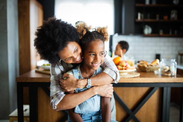 Glückliche Mutter und Kinder in der Küche. Gesundes Essen, Familie, Kochkonzept – Foto
