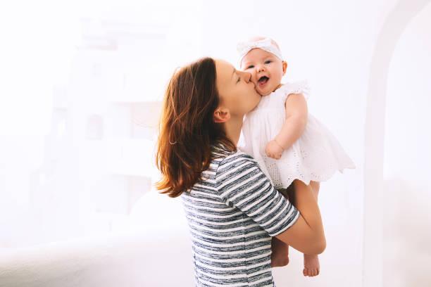 Feliz madre y niña linda 5 meses. - foto de stock