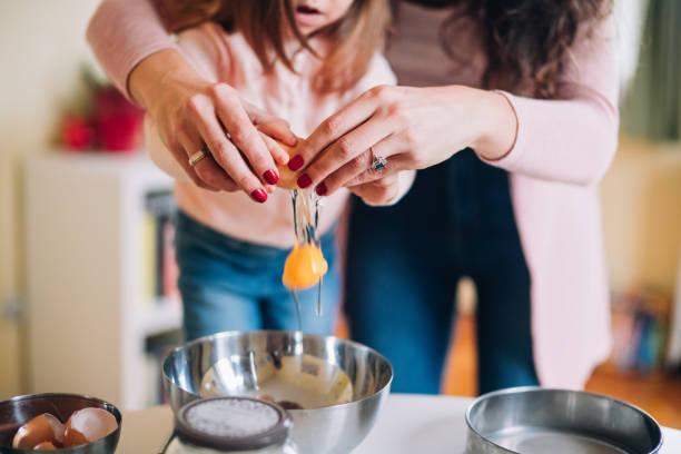 felice madre e figlia in cucina - cucinare foto e immagini stock