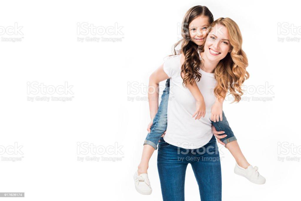 glückliche Mutter und Tochter Huckepack zusammen isoliert auf weiss – Foto