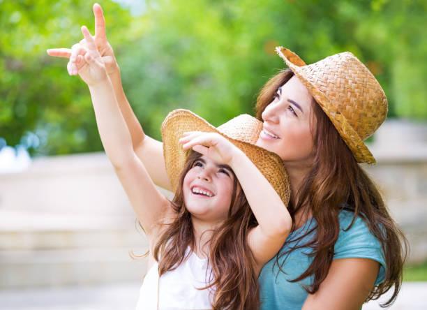 Glückliche Mutter und Tochter, die Zeit im Freien verbringen – Foto