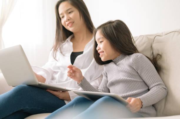 glückliche Mutter und Tochter mit Laptop und Tablet PC – Foto